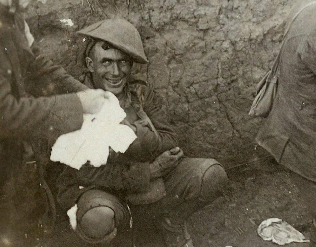 shell-shocked-soldier-in-a-trench-during-the-battle-of-courcelette-france-1916