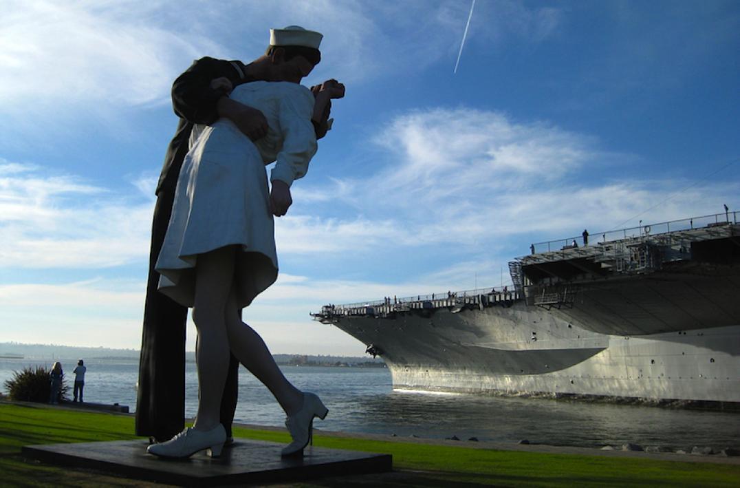 """Скульптура в Сан-Диего по мотивам фотографии """"Поцелуй"""""""