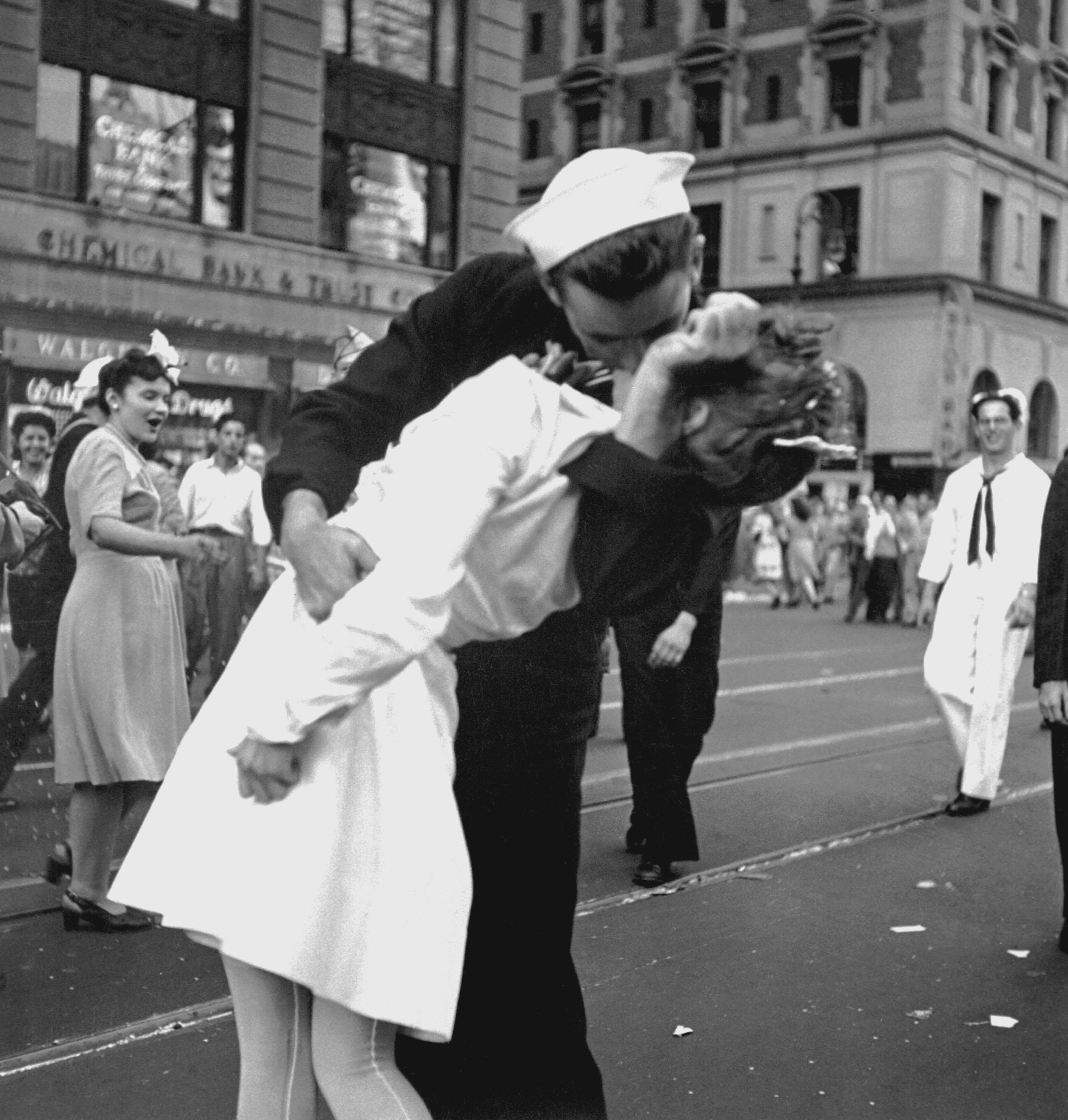 Поцелуй на Таймс север фотографа Виктора Йоргенсена