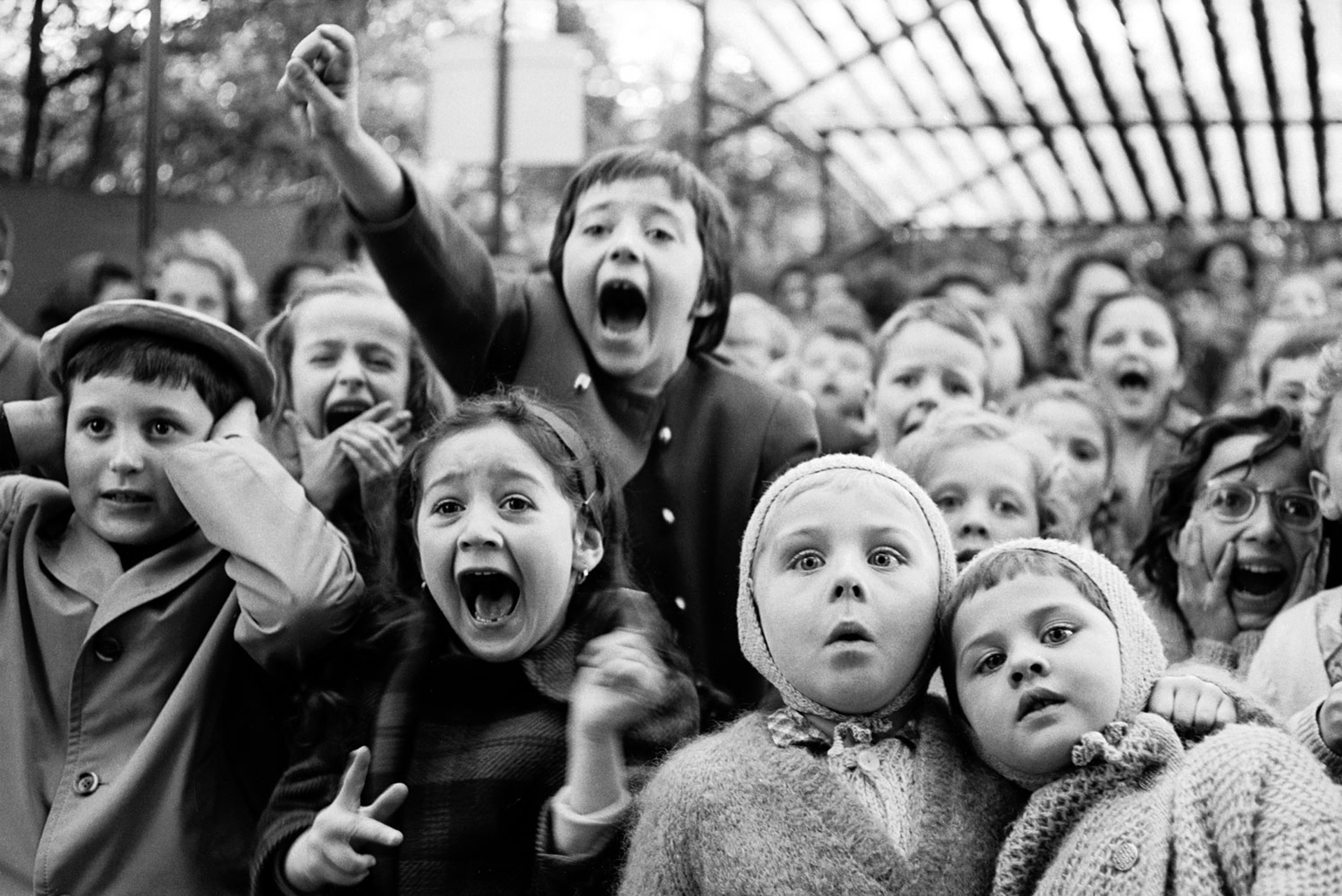 children-watching-saint-george-slay-the-dragon-at-the-puppet-theater-in-the-tuileries-paris-1963