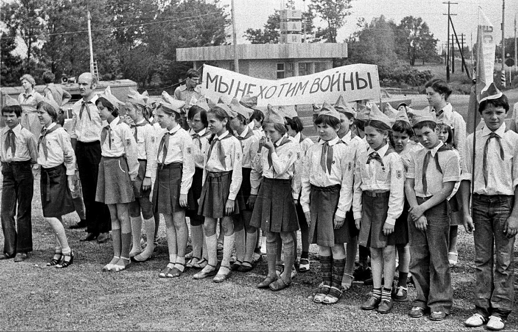 pionery-u-posta-gai-na-minskom-shosse-1980