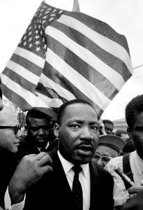 Мартин Лютер Кинг во время своего марша из Сельмы, штат Алабама, 1965