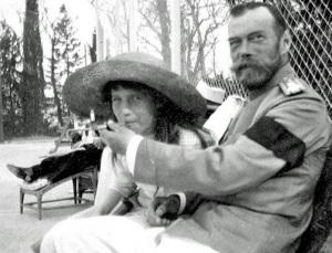 Княжна Анастасия балуется сигаретой из рук царя Николая II, 1916 год.