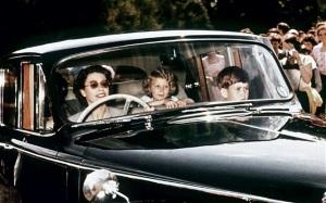 Королева Елизавета II в автомобиле с детьми