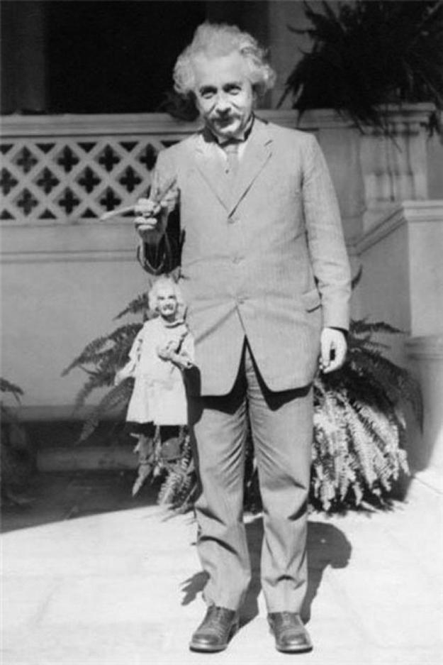 albert-einstein-holding-an-albert-einstein marionette-1931