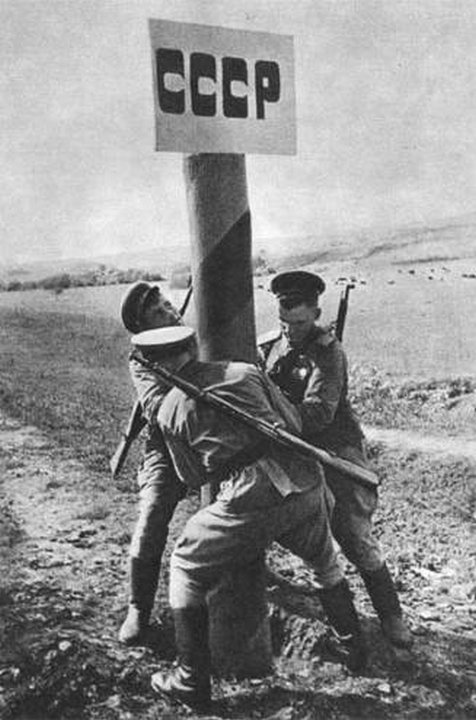 installing-a-pillar-of-the-ussr-1944