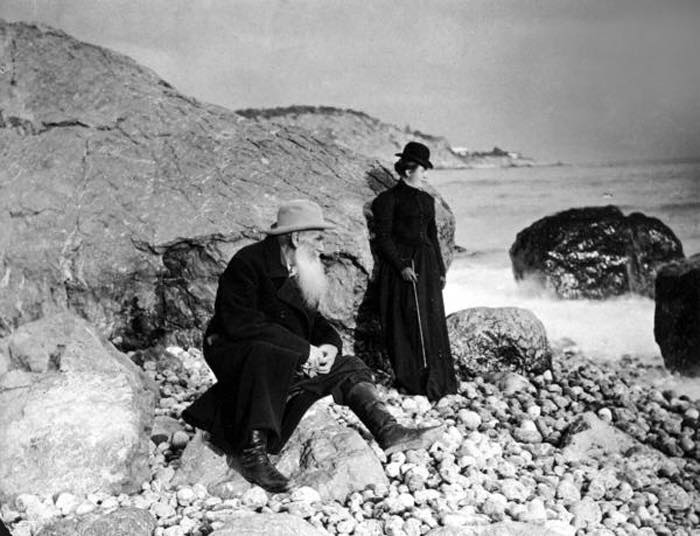 leo-tolstoy-and-his+daughter-sasha-on-the-beach-crimea-1901