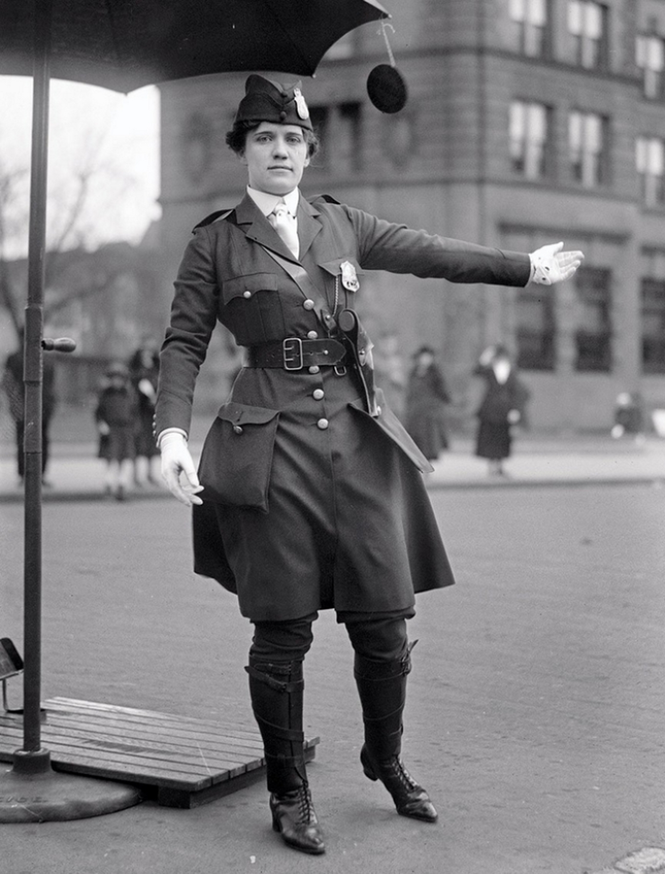 leola-n-king-america-first-female-traffic-cop-1918