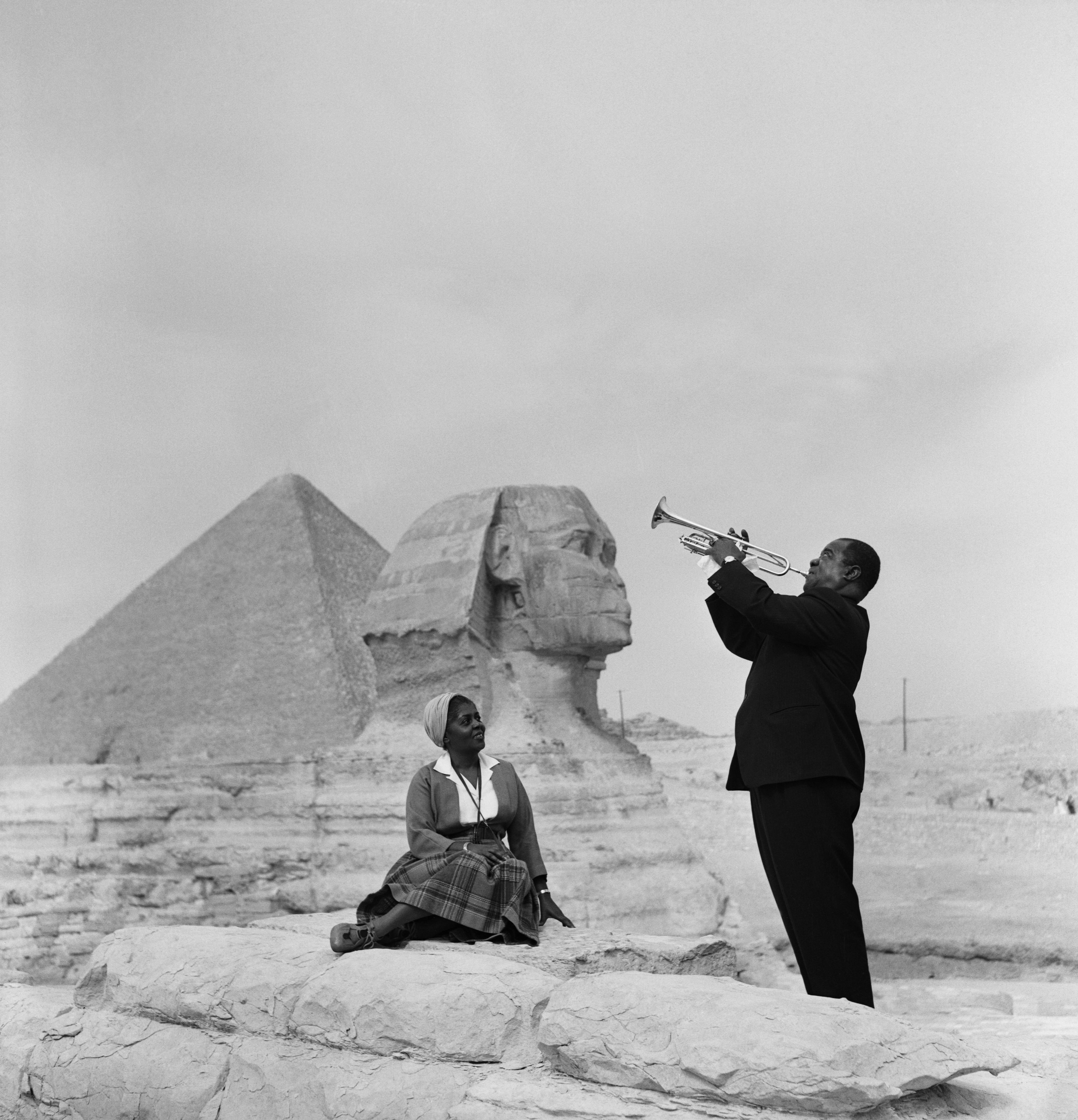 louis-armstrong-playing-for-his-wife-lusille-in-giza-egypt-1961