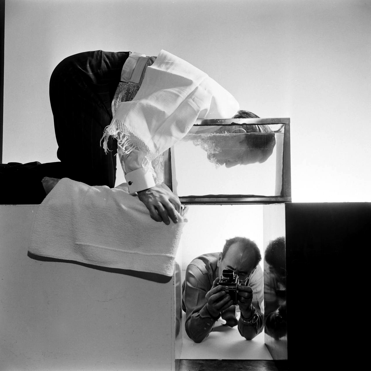 philippe-halsman-looks-at+salvador-dali-1954