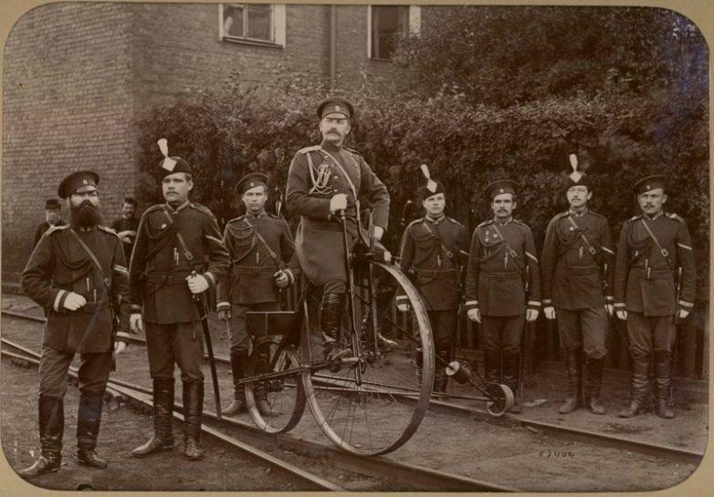 Gendarmes russes en cyclo-draisine, 1890