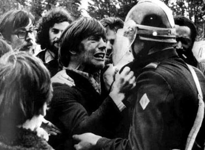 Two childhood friends unexpectedly reunite on opposite sides of a demonstration in 1972