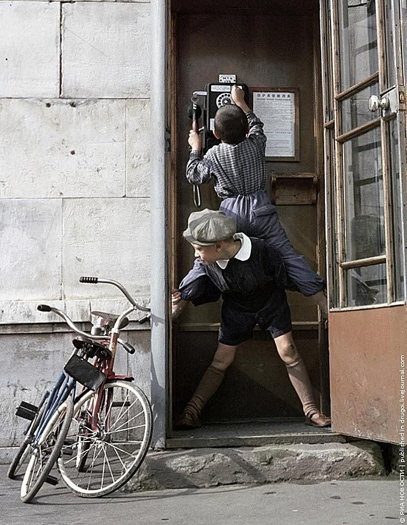 boys-call-on-street-phone-photo-by-oleg-neelov-1961