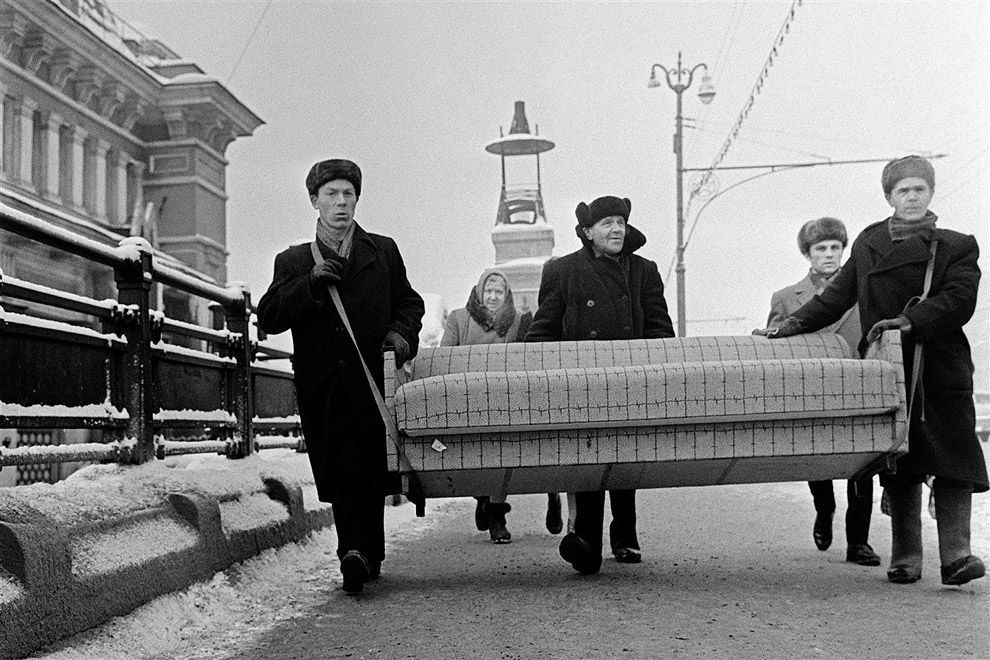 in-moscow-with-a-sofa-yuri-abramockin-1969