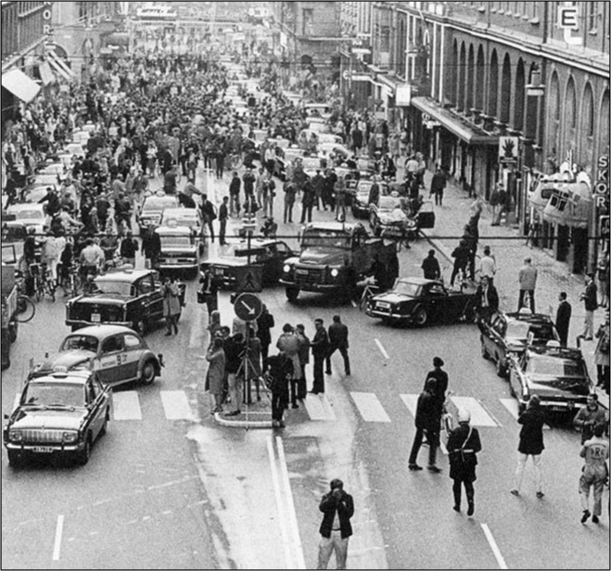 the-first-day-of-the-driving-direction-change-in-sweden-1967