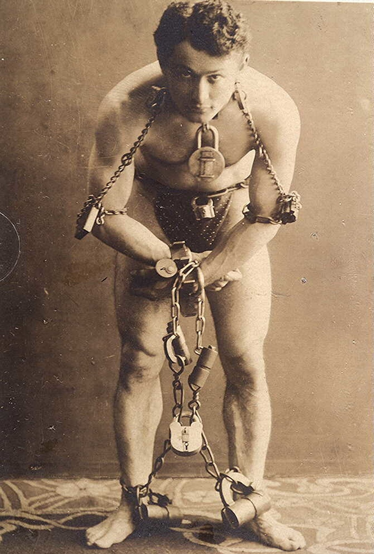 the-legendary-harry-houdini-to-perform-tricks-with-a-self-liberation-1899