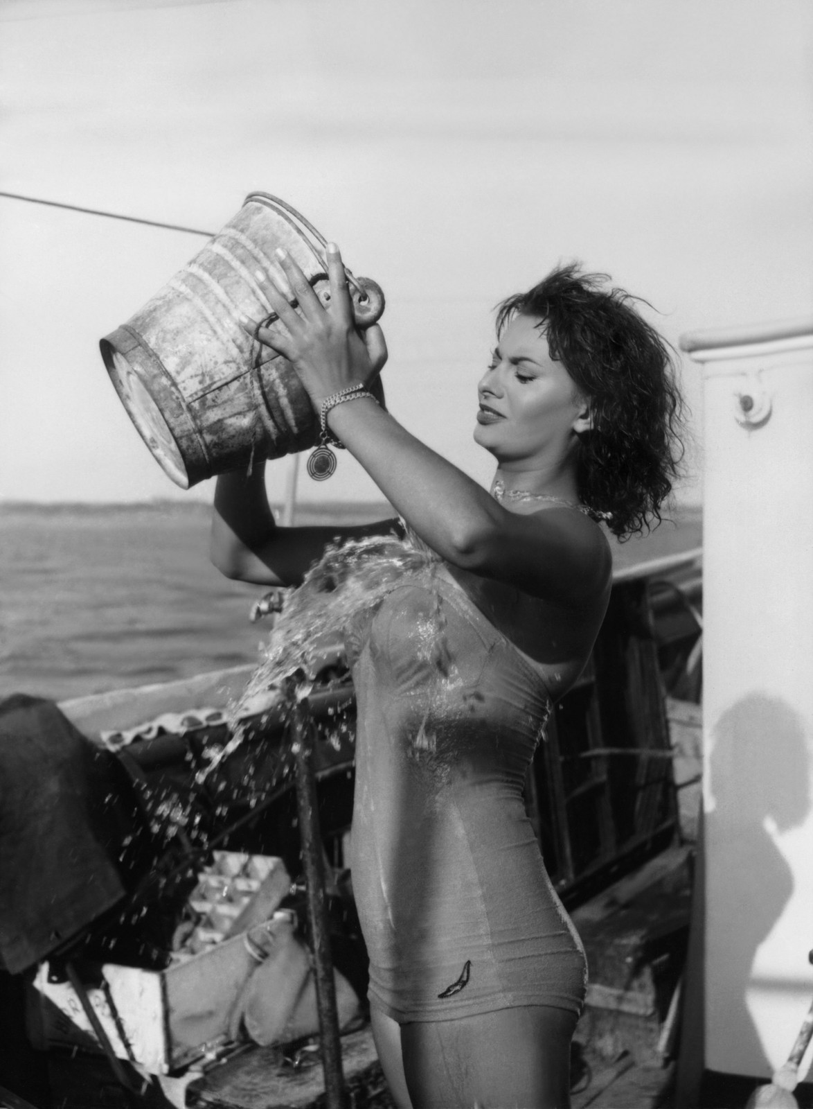 the-original-ice-bucket-challenge-by-sophia-loren-in-1955