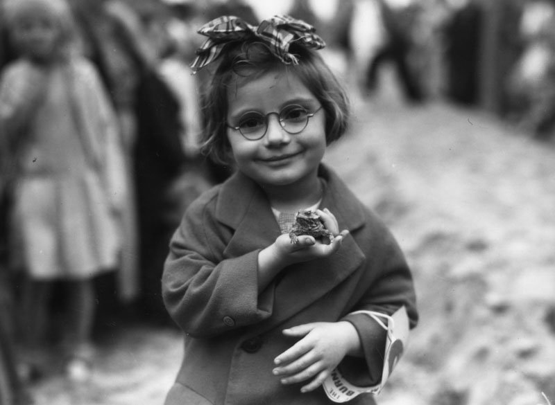 Little girl and her pet toad at a pet show, Venice Beach, California, 1936
